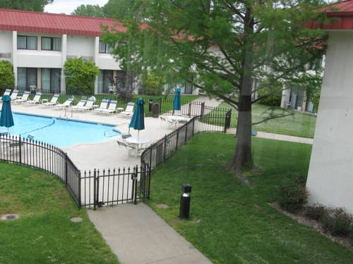 Country Hearth Inn & Suites Kansas City